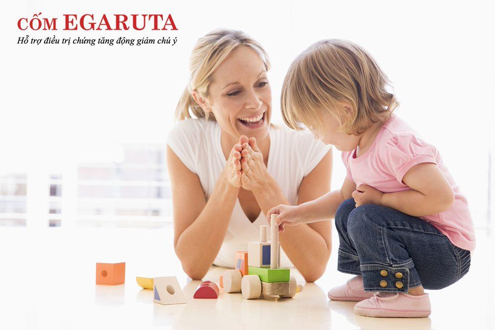 Cha mẹ hãy thường xuyên khen ngợi, cổ vũ cho những nỗ lực của trẻ